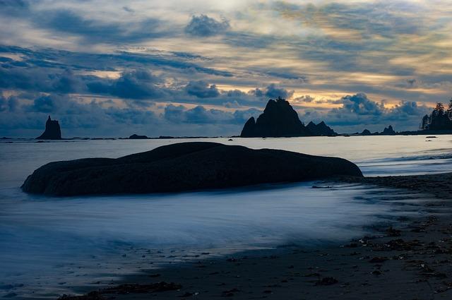 A foamy seashore at dusk